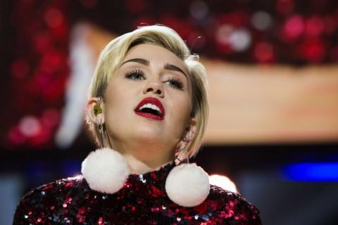 Miley Cyrus Bangga Kerja Bareng Woody Allen