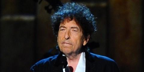 Bob Dylan Akhirnya Mau Terima Penghargaan Nobel Sastra