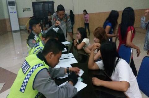 Puluhan Pelayan Warung Kopi tanpa Kartu Identitas Dirazia