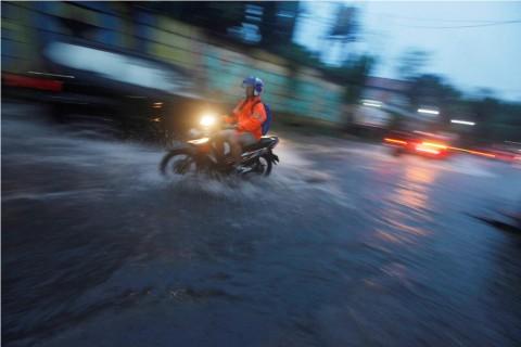 Hujan Deras Minggu Sore, 14 Titik di Ibu Kota Tergenang