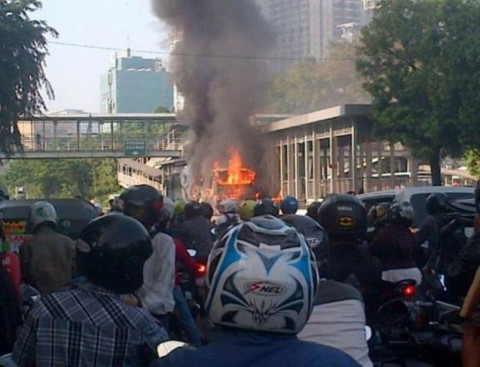 Busway Terbakar di Depan Halte BNN Berhasil Dipadamkan