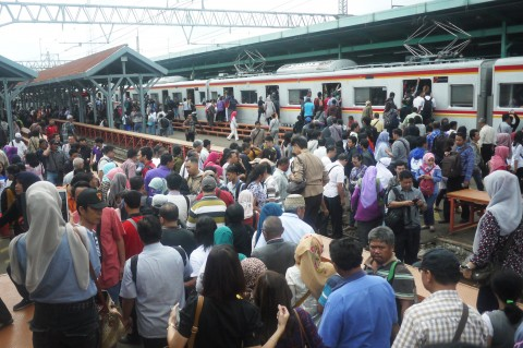 Ada Gangguan Listrik, Penumpang KRL di Manggarai Menumpuk
