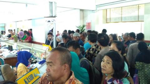 Hindari Tarif Baru, Warga Rela Antre 3 Jam di Samsat