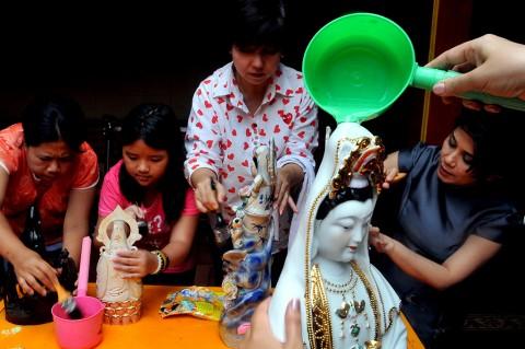 Jelang Imlek, Warga Tionghoa Bersihkan Rupang