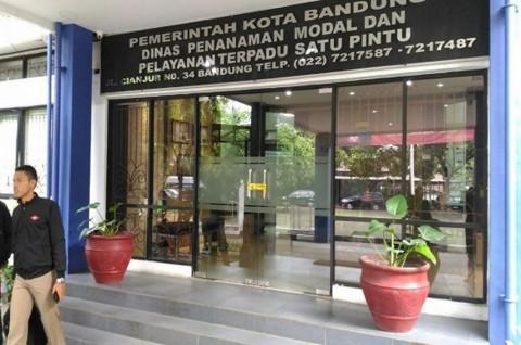 Polisi Bawa Dua Kardus dari Kantor Dinas Penanaman Modal Bandung