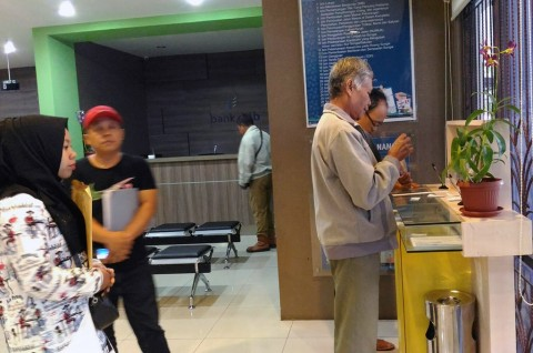 Warga `Menyerbu` Kantor Dinas Penanaman Modal Kota Bandung