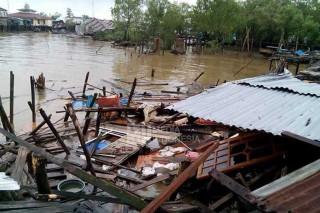 Delapan Rumah di Jambi Rusak Dihantam Kapal Tugboat