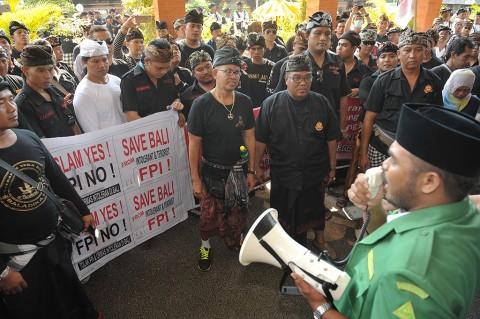 Ormas Islam Bali Unjuk Rasa di Sidang Praperadilan Munarman