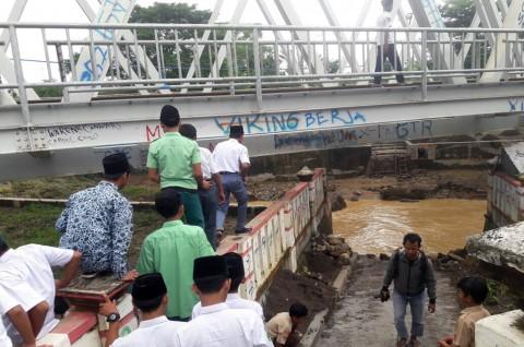 Warga Cirebon Minta Pemerintah Segera Perbaiki Jembatan Rusak