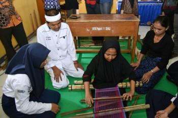 Siswa di Purwakarta Diwajibkan Belajar Menenun