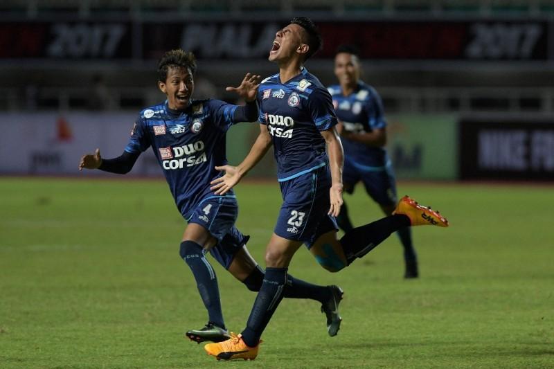Selebrasi Hanif Sjahbandi (no.23) usai mencetak gol yang membantu Arema mengalahkan PBFC 5-1 di final Piala Presiden 2017 (Foto: ANTARA FOTO/Sigid Kurniawan)