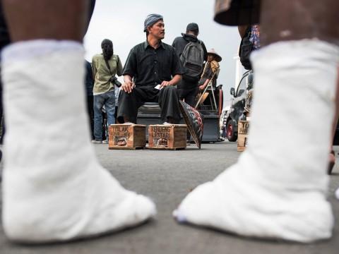 Tunggu Jokowi, Warga Kendeng 'Menyemen' Kakinya di Istana