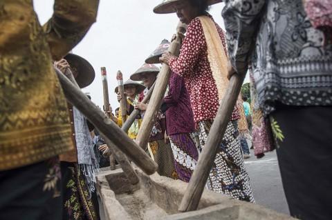 Aksi Petani Kendeng Tabuh Lesung Tolak Pabrik Semen