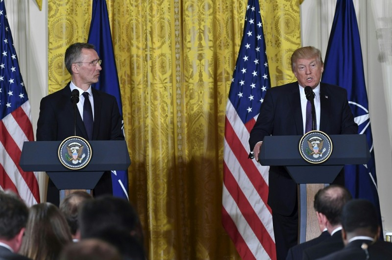 Presiden AS Donald Trump (kanan) bersama Sekjen NATO Jens Stoltenberg di Gedung Putih, Washington, 12 April 2017. (Foto: NICHOLAS KAMM)