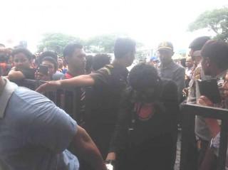 Pasangan Homoseksual di Aceh Dicambuk di Muka Umum