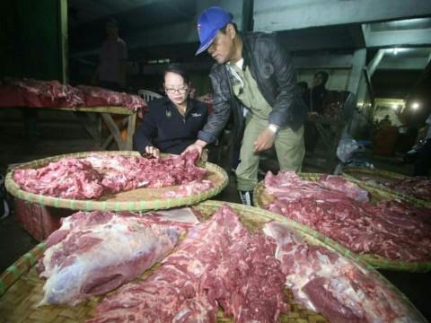 Pedagang di Solo Jajakan Daging Sapi <i>Glonggongan</i>