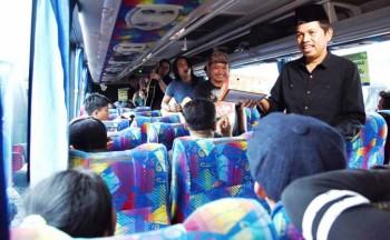 Dedi Mulyadi dan Charly van Houten Mengamen di Bus sambil Bagikan Takjil