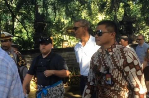 Obama Visits Tirta Empul Temple in Bali