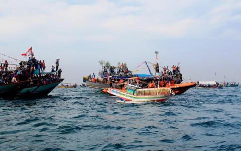 Larung Kepala Kerbau Diiring Ratusan Kapal Nelayan