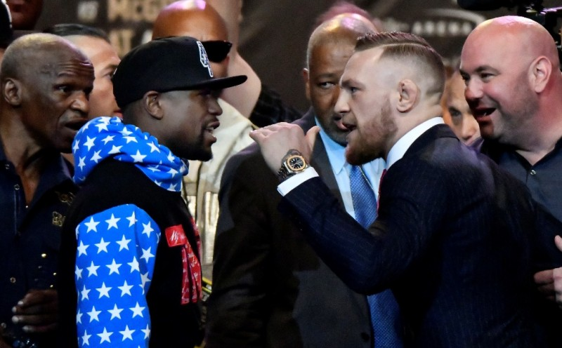 McGregor dan Mayweahter saling berhadapan dan melontarkan psywar (Foto: AFP)