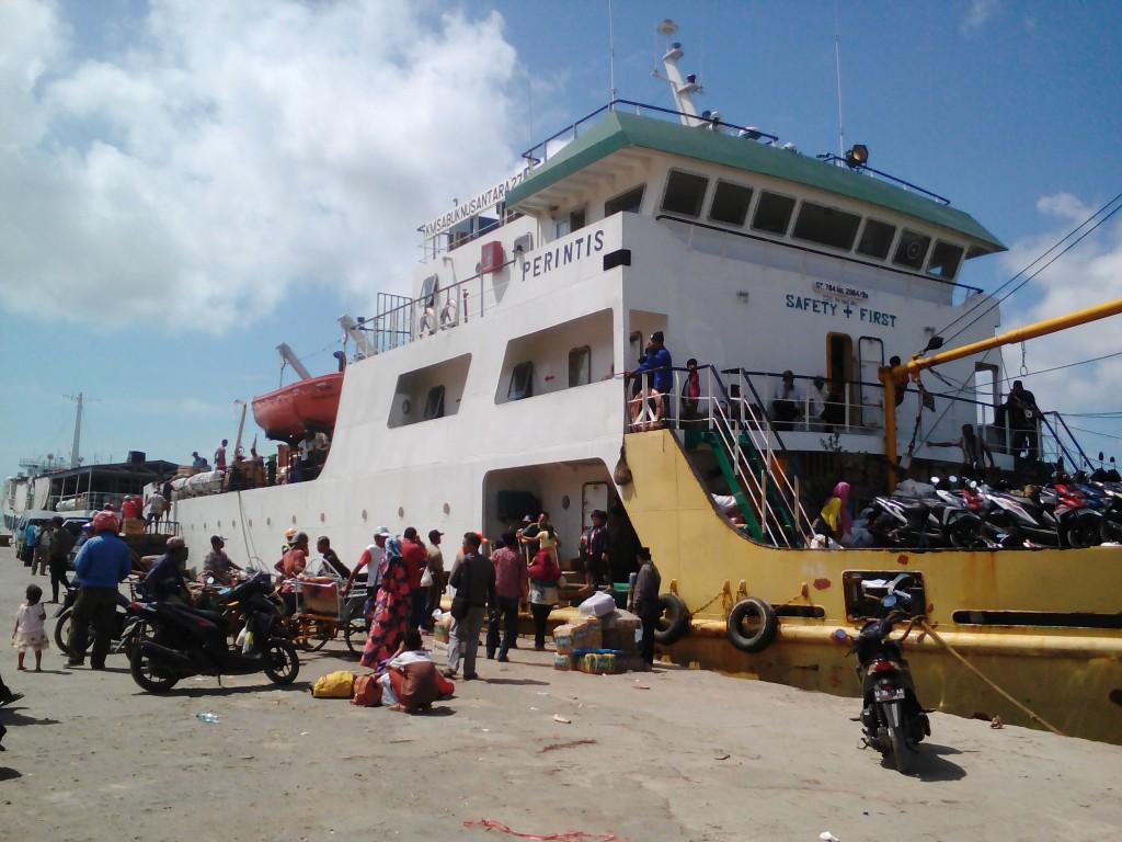 Penumpang KM Sabuk Nusantara 27 saat keluar kapal – MTVN/ Rahmatullah