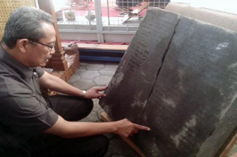Ahli Epigradi dari UGM Djoko Dwiyanto membaca prasasti yang ditemukan di Sleman, Yogyakarta -- MTVN/Patricia Vicka