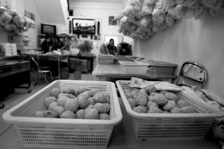 Pedagang Makanan Tradisional Tetap Bertahan