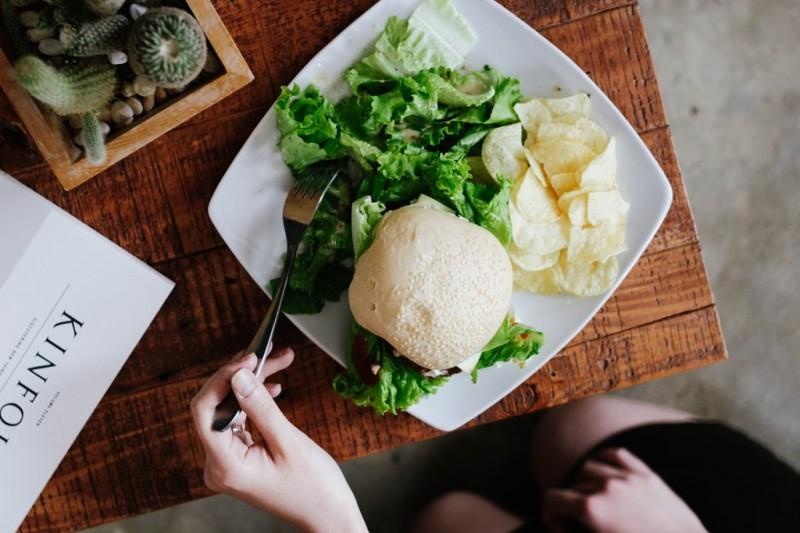 Menurut Kimberly Hershenson, LMSW, seorang terapis spesialis eating disorders dan body image juga mengatakan bahwa kurang tidur bisa juga berakibat terhadap sulitnya menentukan makanan untuk disantap. (Foto: Elli-O/Unspalsh.com)