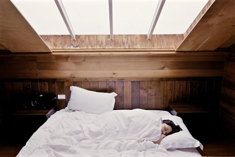 Meskipun kebutuhan tidur tiap orang berbeda, durasi terbaik untuk orang dewasa adalah 7-9 jam. (Foto: Namao Saeki/Unsplash.com)