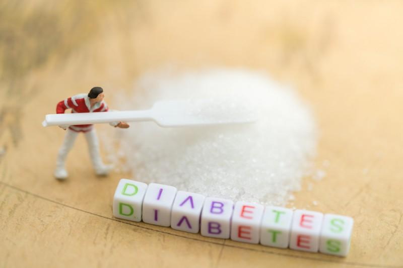Terlalu banyak menyantap makanan dan minuman yang mengandung gula dapat memicu penyakit diabetes (Foto:Shutterstock)