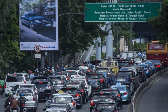 Kendaraan terjebak kemacetan di ruas jalan Jenderal Gatot Subroto kawasan Semanggi, Jakarta, Senin (10/4). ANT/Aprilio Akbar.
