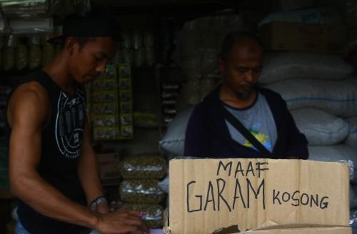 Kelangkaan garam terjadi di sejumlah pusat perdagangan sembako.