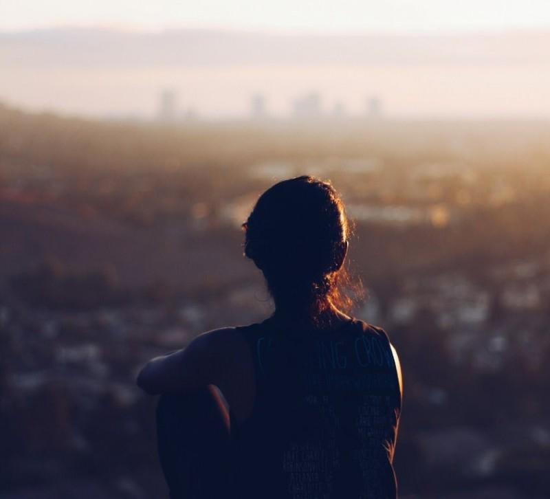 Banyak pikiran yang terkait pekerjaan atau hubungan sosial dapat membuat kualitas tidur berkurang. (Foto: Christopher Sarde Gna/Unsplash.com)