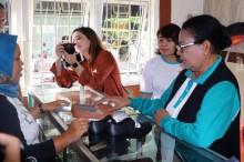 Menteri Yohana Borong Sepatu di Bekas Lokalisasi Dolly