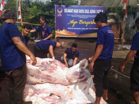 NasDem Melibatkan Tukang Ojek Membagikan Daging Kurban