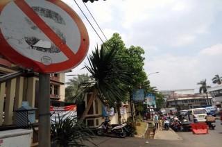 Polsek Ciledug Perintahkan Parkir Kendaraan di Bahu Jalan