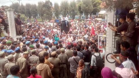 Ribuan Pengungsi Sinabung Tuntut Kejelasan Nasib