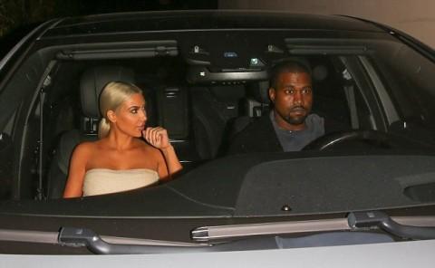 Kim Kardashian Pamer Rambut Baru saat Bersama Kanye West