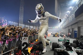 Duo Ferrari Tabrakan, Hamilton Finis Terdepan di GP Singapura