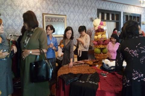 Produk Kerajinan dan Pakaian Indonesia Digemari di Laos