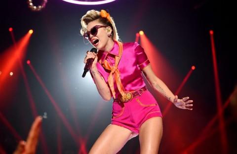 Miley Cyrus Merilis Lagu Patah Hati