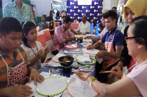 Peringatan 60 Tahun Diplomatik RI-Laos Diperingati dengan Membatik