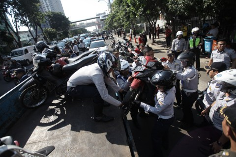 Polisi Kesulitan 'Membersihkan Juru Parkir Liar di GBK