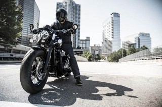 Triumph New Bonneville Bobber Black, <i>Gambot</i> Misterius