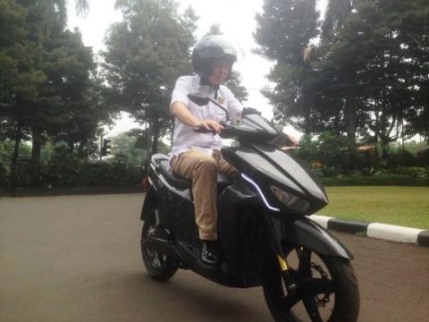 Menteri Jonan Jajal Motor Listrik