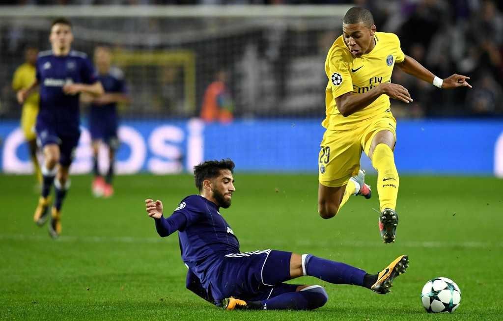 Kylian Mbappe (kanan) mencoba menghindari tackle Josue Sa (kiri). (Foto: AFP PHOTO/FRANCK FIFE)