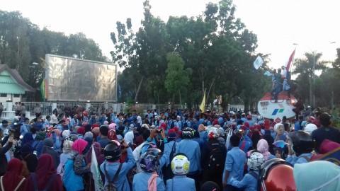 Ribuan mahasiswa yang tergabung dalam BEM Se-Riau berunjuk rasa