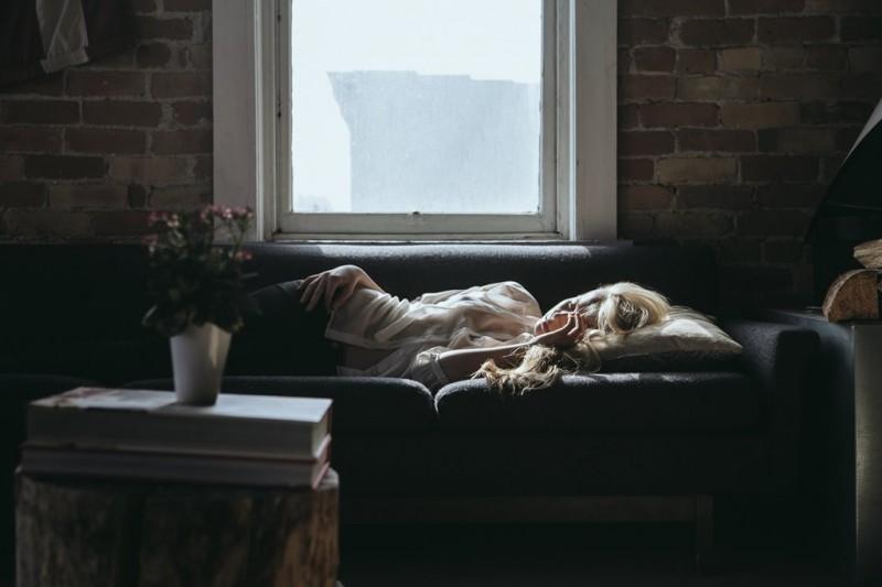 Menurut survei yang dilakukan oleh Sealy, the UK by mattress manufacturer, tidur dengan posisi miring ke kiri banyak disukai mereka para pekerja di bidang marketing. (Foto: Benjamin Combs/Unsplash.com)