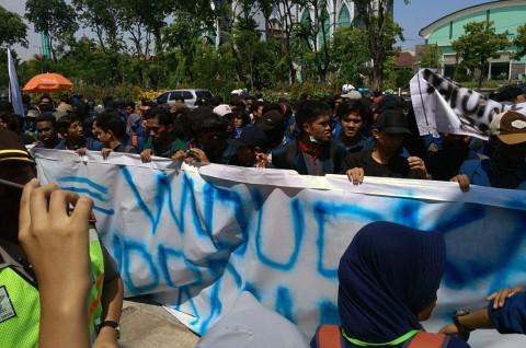 Puluhan Mahasiswa Unjuk Rasa di Depan Mapolda Jatim