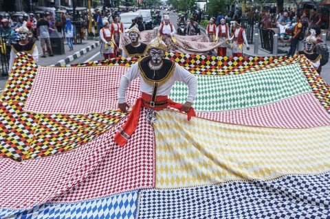 Meriahnya Jogja Batik Parade di Malioboro